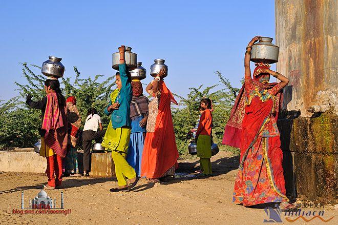 """印度女人为什么用头顶东西_印度女人的""""头上功夫"""""""